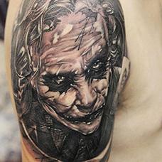 大臂个性小丑纹身图案