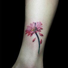 脚踝小雏菊纹身图片
