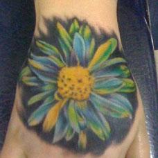 手背上的雏菊纹身图案