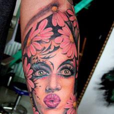 手臂美女小雏菊纹身图片