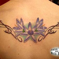 背部紫色雏菊纹身图案