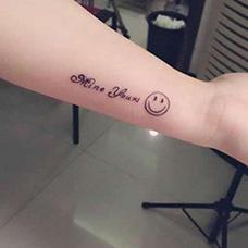 手腕笑脸和英文纹身图片