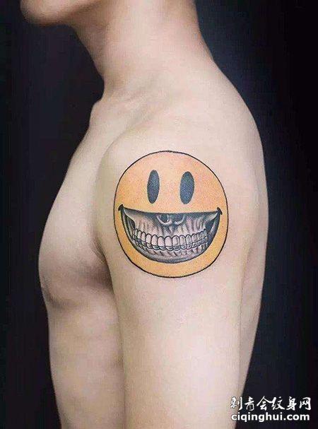 大臂个性笑脸纹身图案