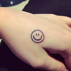 虎口简单的笑脸纹身图案