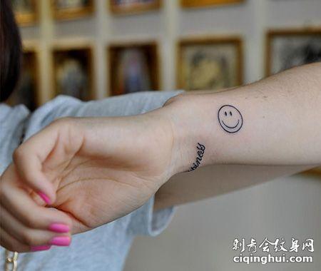 女生手腕笑脸纹身图案