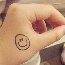 女生虎口笑脸纹身图片