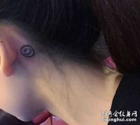 耳后笑脸纹身图案