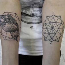 个性女生手臂小鸟和几何图案纹身图片