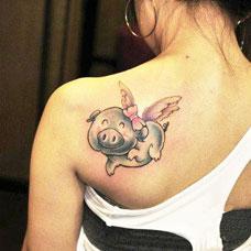 美女背部粉红小猪纹身图案