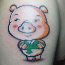 大臂可爱的卡通小猪纹身图片
