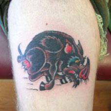手臂上的野猪纹身图案