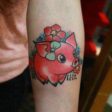 手臂上卡通小猪纹身图片