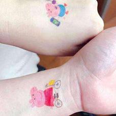 手背和手腕小猪佩奇纹身图案