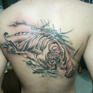 男性背部水墨风格下山虎纹身