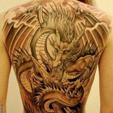 满背帅气的邪龙纹身图案
