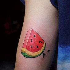 大臂一小块西瓜纹身图案