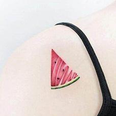 女生肩部西瓜纹身图片
