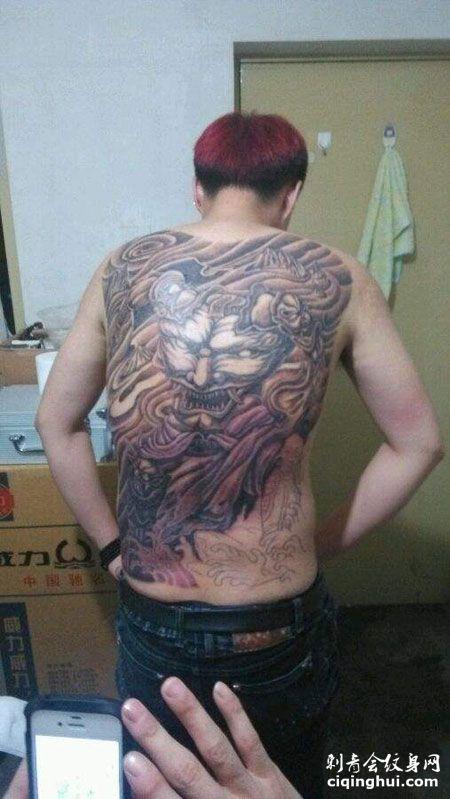 满背帅气的刑天纹身图案