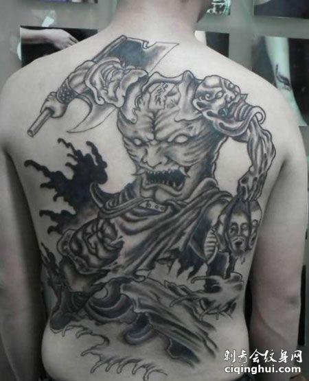 背部帅气的刑天纹身图案