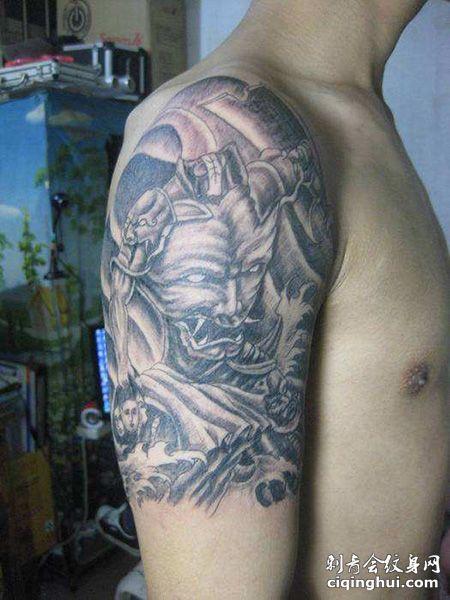 大臂刑天纹身图案