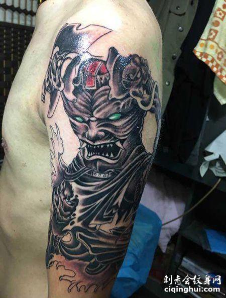 大臂帅气的刑天纹身图案