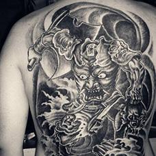 满背精美的刑天纹身图案