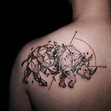 肩部几何犀牛纹身图片
