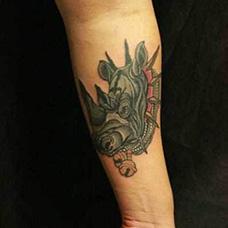 手腕黑色犀牛纹身图片