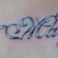 胸前的心形英文纹身图案