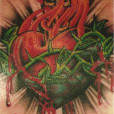 胸部缠着荆棘的心脏纹身图案