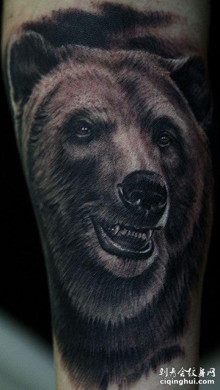 小腿写实的狗熊纹身图案