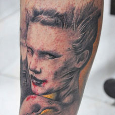 小腿上的吸血鬼纹身图案