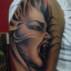 手臂上的吸血鬼纹身图案