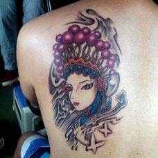 背部妩媚戏子纹身图片