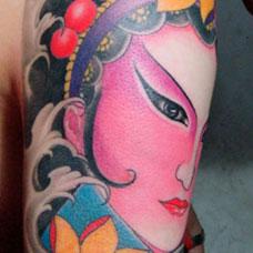 大臂彩色戏子纹身图案