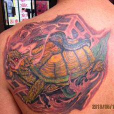 背部经典的玄武纹身图案