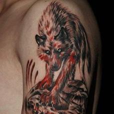 大臂帅气的血狼纹身图片