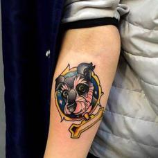 美容师手臂雪纳瑞纹身图案