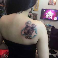 性感美女肩部雪纳瑞纹身图案
