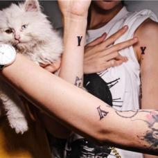 闺蜜三人Y字母纹身图片