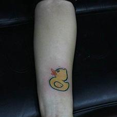 手腕小黄鸭子纹身图片