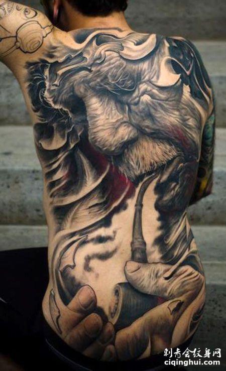 满背拿烟斗的老人纹身图案