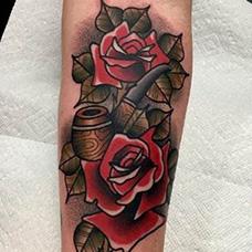 手臂school风格的烟斗纹身图案