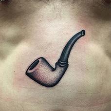 胸前个性的烟斗纹身图案