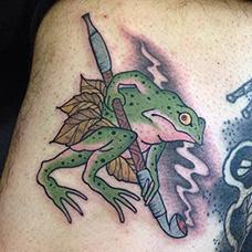 大腿拿着烟斗的青蛙纹身图片