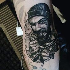 手臂抽烟斗的男人纹身图片
