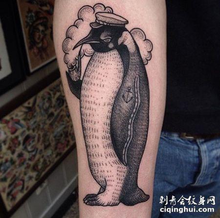 小臂拿着烟斗的企鹅纹身图案