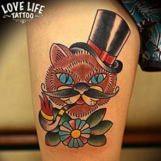 大腿school风格吸烟斗的猫纹身图案