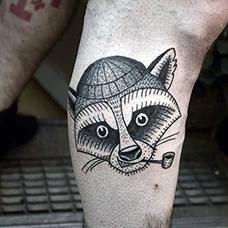 小腿抽烟斗的狸猫纹身图案