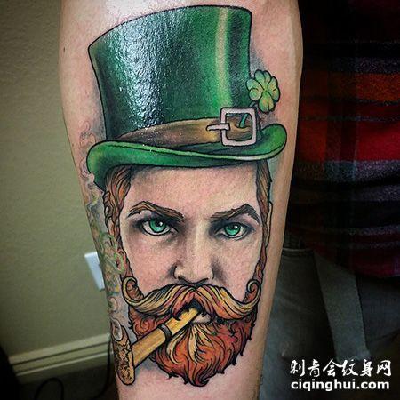小臂叼着烟斗的绅士纹身图案